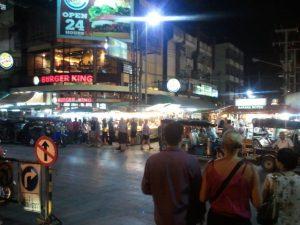 チェンマイの繁華街と観光客