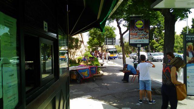バス乗り場のチケット売り場(キオスク)