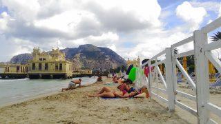 モンデッロ海水浴場のプライベートエリアとパブリックビーチの境界線