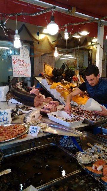 イタリア、シチリア島、パレルモの庶民市場にて