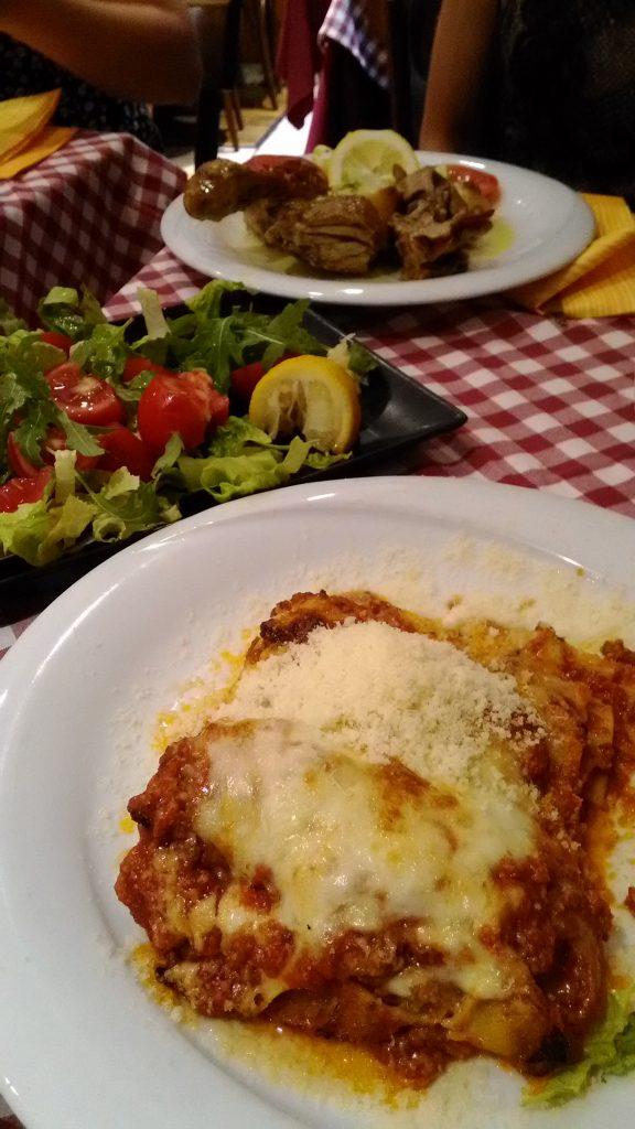 ラザーニア、サラダ、ラム肉のグリル