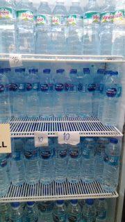 売店で売っている水の値段