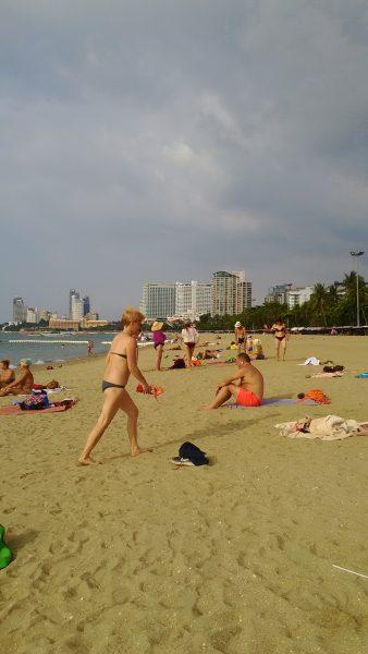 パタヤビーチで遊ぶ人々