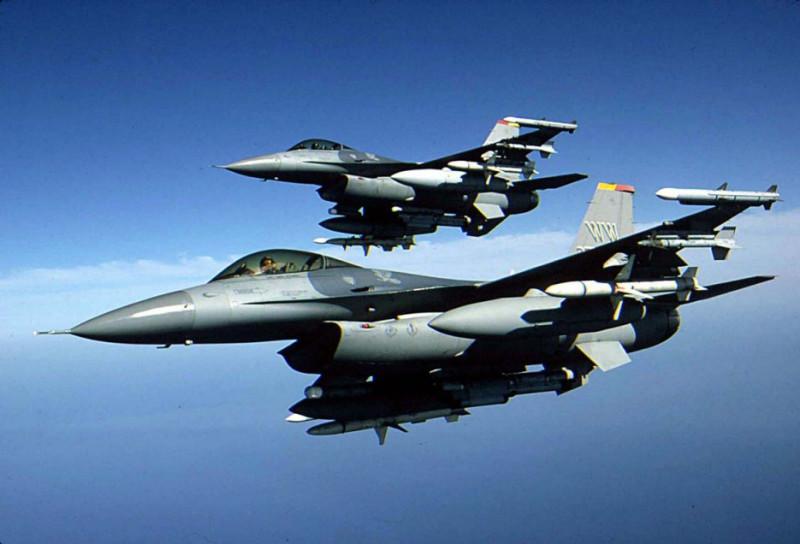 ロッキードマーチンf16戦闘機2台