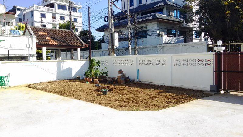 敷地内の未完成の庭