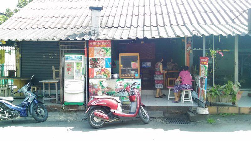 チェンマイ住宅地の食堂