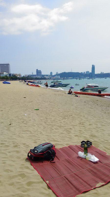 パタヤビーチでゴザをひき