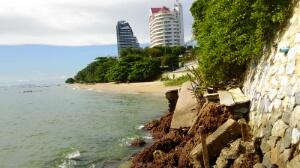 コーラルビーチに繋がる崖