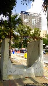 セントラルフェスティバル前のコンクリートブロック
