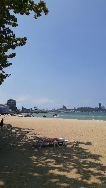 パタヤビーチののどかな海:kabutotai.net